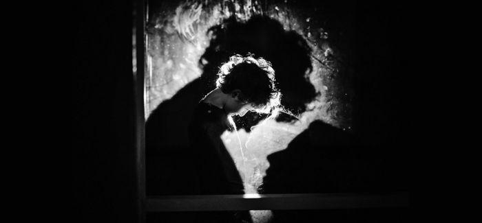 """""""孤独""""的黑白儿童摄影"""