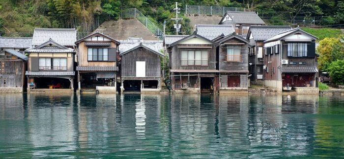 静谧海湾里的京都伊根舟屋