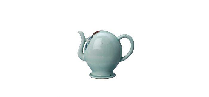 构思精妙的清代豆青釉里红倒流壶