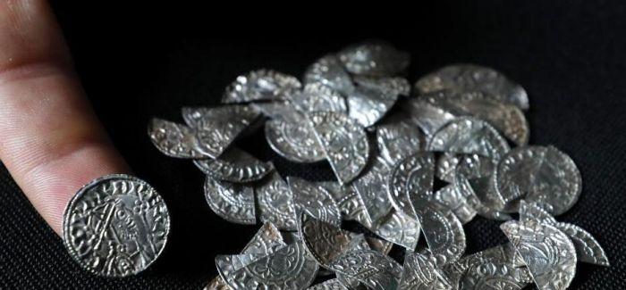 """大英博物馆展出一批千年""""高龄""""古硬币"""