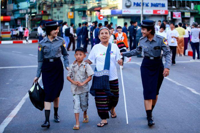 Helping-hands-Myanmar-yekyawthu-Ye-Kyaw-ThuAGORA-images-5d5180e0317e5__880