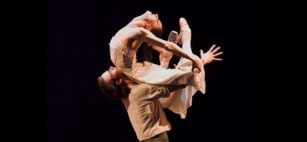 用芭蕾诠释痛苦而自由的爱情