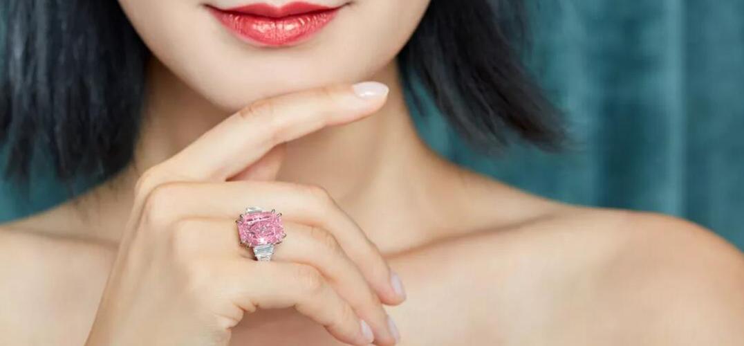 10.64卡拉艳彩紫粉红色钻石戒指1.56亿港币拍出