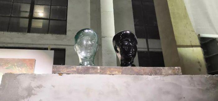 """废墟中的绘画 黄昏时的""""人头"""""""
