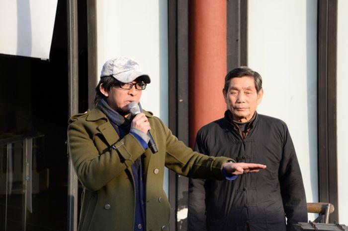 11声音中国艺术总监张晓舟(左)介绍音乐会表演内容