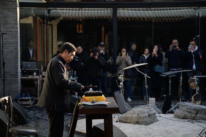12艺术家李洪森用古老的乐器方响现场演奏