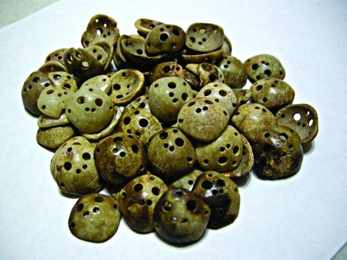 图1 数十件人脸面具形状的玉雕器件