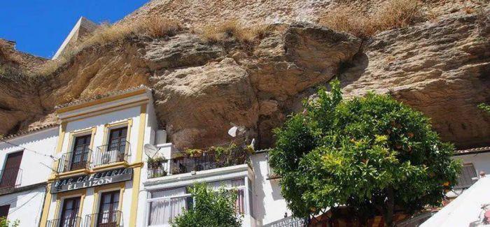 """被巨石""""压""""了600年的西班牙小镇"""