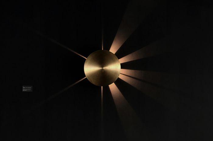 陈哲《向晚时计》镌刻黄铜片、卤素灯珠 46.8×46.8×10cm 2018 图片由艺术家和BANK提供