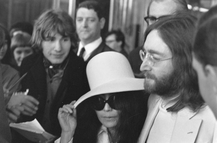 John_Lennon_en_echtgenote_Yoko_Ono_verlaten_het_Hilton_Hotel_te_Amsterdam,_omrin,_Bestanddeelnr_922-2493
