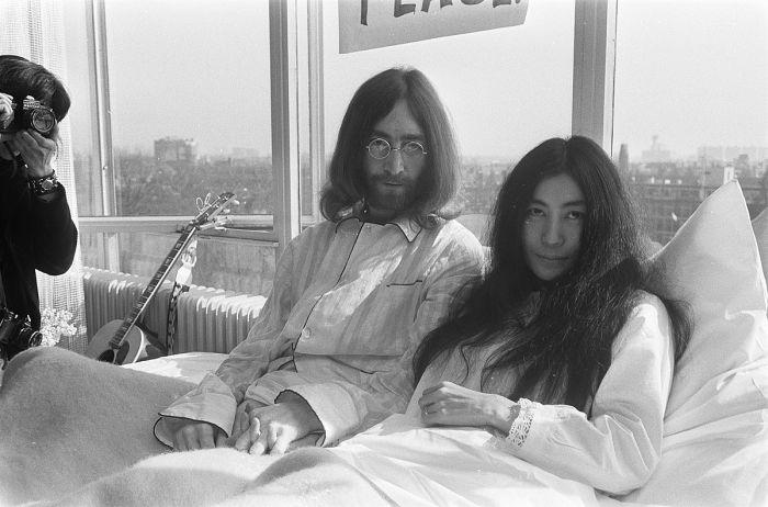 1200px-John_Lennon_en_zijn_echtgenote_Yoko_Ono_op_huwelijksreis_in_Amsterdam._John_Lenn,_Bestanddeelnr_922-2307