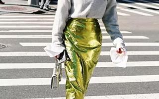 除了配牛仔裤 卫衣还可以搭它一起过秋天
