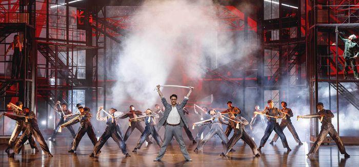 """舞台上的""""红旗""""讲述中国汽车工业的故事"""