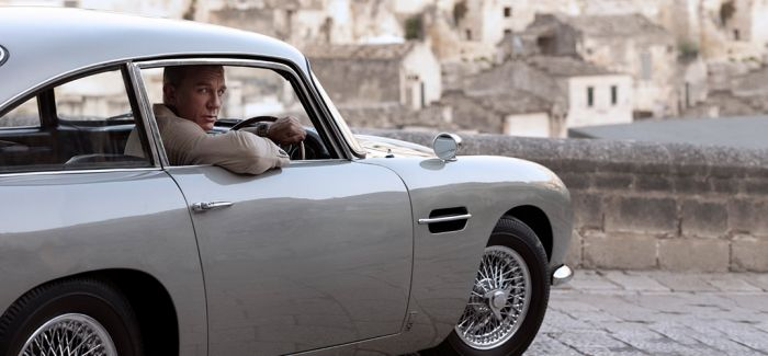 不断跳档的007 还是海报靠谱些