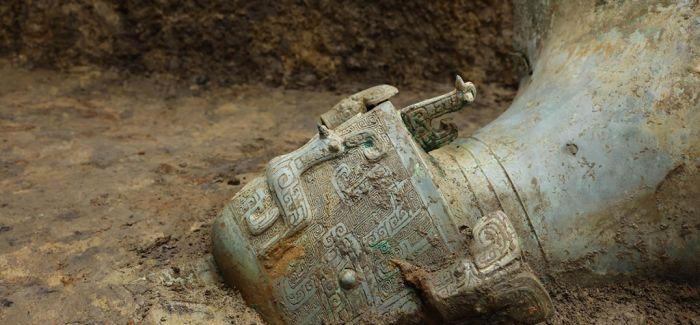 三星堆遗址8号坑发现罕见大型仪仗用器