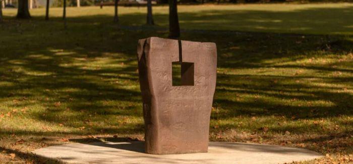 他用钢铁等材料定义了雕塑的语言