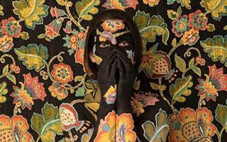 这些艺术家创作的花卉题材艺术品有何特别之处?